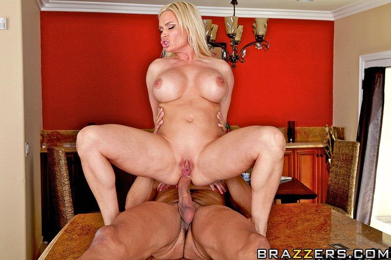 Порно с домохозяйкой Diamond Foxxx и газонокосильщиком + 15 фото.